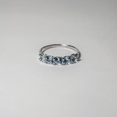 Anello oro bianco 18Kt con topazi azzurri circolari