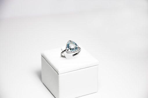 Anello oro bianco 18Kt con topazio azzurro triangolare