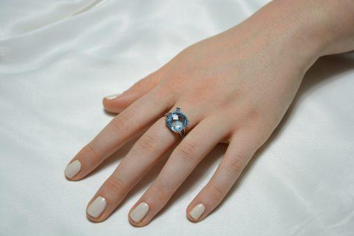 Anello oro bianco 18Kt con topazio azzurro quadrato