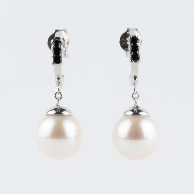 Orecchini oro bianco 18kt con spinelli neri e perla fresh water