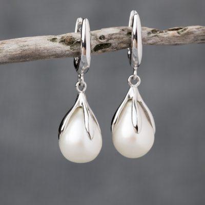 Orecchini oro bianco 18kt con perla fresh water a goccia